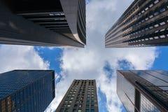 Смотреть вверх на немного впечатляющих небоскребов в Чикаго Стоковые Изображения