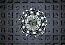 Смотреть вверх на хрустальной люстре предпосылка чистая Богато theat стоковые фото
