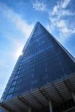 Смотреть вверх на черепке Лондона против голубого неба стоковая фотография rf