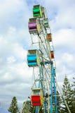 Смотреть вверх на ferris катит внутри парк атракционов Стоковые Фото