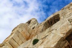 Смотреть вверх под углом на Odeon Аттика Herodes - каменном театре на юго-западном наклоне акрополя Афин стоковая фотография rf