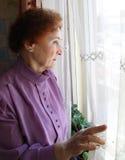 смотреть внешнюю женщину Стоковая Фотография RF