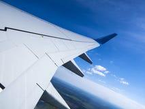 Смотреть вне взгляд na górze облаков в взгляде окна иллюминатора ` s воздушных судн горизонтального неба, поле, город, строя Стоковая Фотография RF
