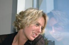 смотреть вне женщину окна Стоковые Изображения RF
