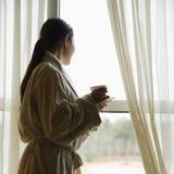 смотреть вне женщину окна стоковое фото rf