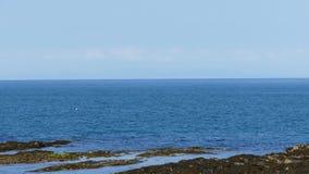 Смотреть вне к морю на пляже западном вэльсе Великобритании aberporth стоковые изображения