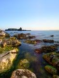 Смотреть вне к острову овец от Carrick-a-Rede Стоковое фото RF