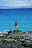 смотреть вне трясет море стоя к детенышам женщины Стоковое Фото