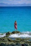 смотреть вне трясет море стоя к детенышам женщины Стоковое Изображение RF