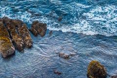 Смотреть вниз на голубых Тихих океан водах Стоковая Фотография RF
