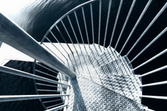 Смотреть вниз с винтовой лестницы металла Стоковые Изображения RF