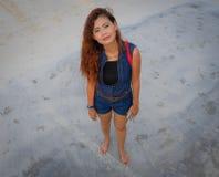 Смотреть высокой угловой съемки модельный сразу на камере на пляже Стоковые Фото