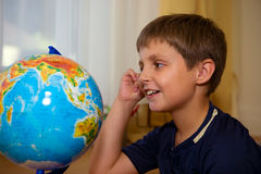 смотреть глобуса мальчика Стоковые Изображения