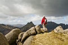 смотреть горный вид человека Стоковая Фотография RF