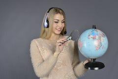 смотреть глобуса девушки Стоковая Фотография