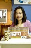 смотреть детенышей женщины меню Стоковая Фотография RF