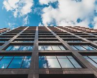 Смотреть до небо и отражения в окнах стоковые фотографии rf