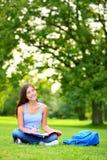 Смотреть девушки студента думая в парке Стоковые Фото