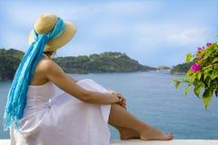 смотреть женщину взгляда океана Стоковое Изображение