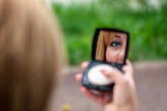 смотреть женщину зеркала стоковые фото