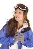 смотреть женщину лыжи кружки бортовую стоковые фотографии rf