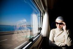 смотреть женщину окна стоковая фотография