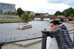 смотреть женщину реки Стоковое Фото