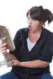 смотреть женщину сотрястенную зеркалом Стоковые Фото