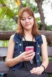 смотреть женщину телефона Стоковые Изображения RF