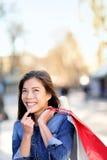 Смотреть женщины покупок думая вверх outdoors Стоковые Фото