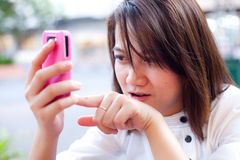 смотреть женщин мобильного телефона Стоковые Фотографии RF