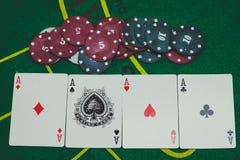 смотреть игрока игры в покер стоковое изображение