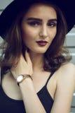 смотреть длины изображения красивейшей девушки камеры половинный Стоковые Изображения
