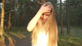 смотреть длины изображения красивейшей девушки камеры половинный сток-видео