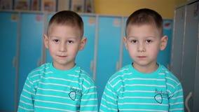 Смотреть мальчиков близнецов в камере видеоматериал