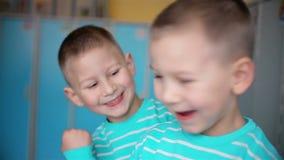Смотреть мальчиков близнецов в камере сток-видео