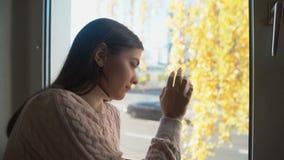 Смотреть молодой женщины плача через окно, жизнь и проблемы здоровья, депрессию сток-видео