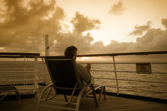 смотреть море человека вне сидя к Стоковая Фотография
