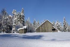 Смотреть назад на снеге покрыл амбар Стоковая Фотография