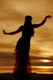 Смотреть на силуэта исполнительницы танца живота фиолетовый Стоковые Фото