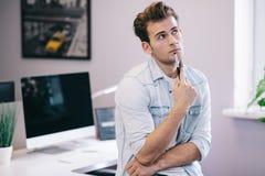 Смотреть от деятеля в офисе Стильный дизайнер на работе Сфокусированный на его работе стоковая фотография rf