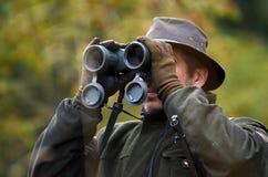 смотреть охотника биноклей Стоковое фото RF