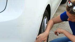 Смотреть поврежденный корабль Блондинка женщины проверяет повреждение автомобиля после аварии видеоматериал