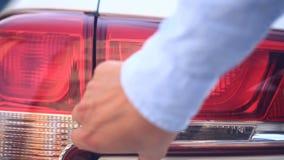 Смотреть поврежденный корабль Персона проверяет повреждение к фарам автомобиля после аварии Конец-вверх видеоматериал
