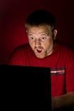 смотреть потребителя сотрястенного тетрадью Стоковое фото RF