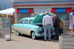 Смотреть под клобуком классицистического автомобиля. Стоковые Изображения RF