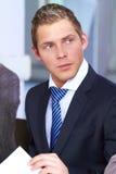 смотреть привлекательного бизнесмена многодельный молод Стоковое Изображение