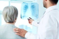 Смотреть рентгеновский снимок Стоковое фото RF