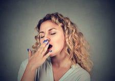 Смотреть сонной женщины зевая закрытый глазами пробуренный Стоковые Фотографии RF