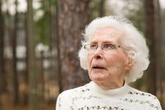смотреть старшую верхнюю женщину Стоковые Фотографии RF